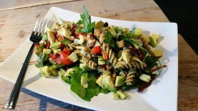 Uit eten in Heerenveen met een kip pesto salade van het koude buffet